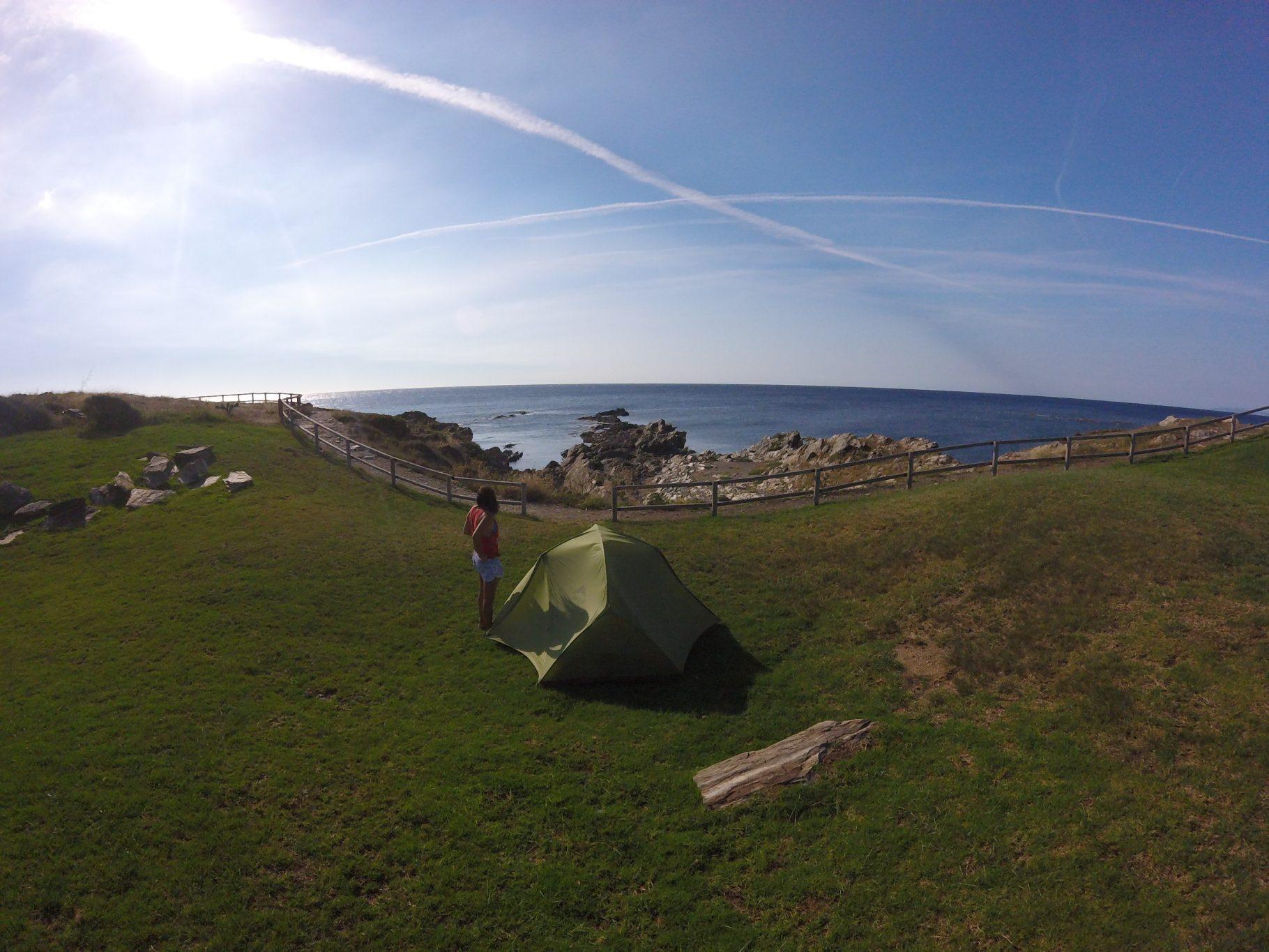 Viaje a dedo por la costa brava - floren y olga - saltoexplorers